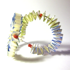 Estrelles d'aquerel·la: paper japonès, aquarel·la, plata i plàstic / Watercolour stars: japanes paper, watercolour, silver and plastic