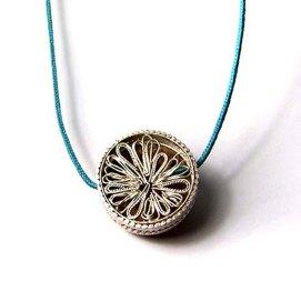 Casa de l'ànima: corall fòssil i plata, cinta de cotó / House of the soul: fossil coral and silver, cotton ribbon.