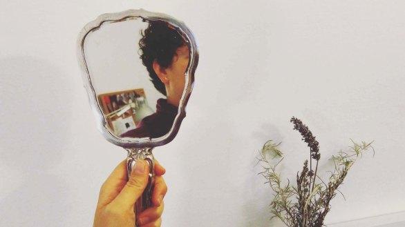 El mirall de mà de la meva àvia sempre m'acompanya / My grand mother's handmirror is an essential companion